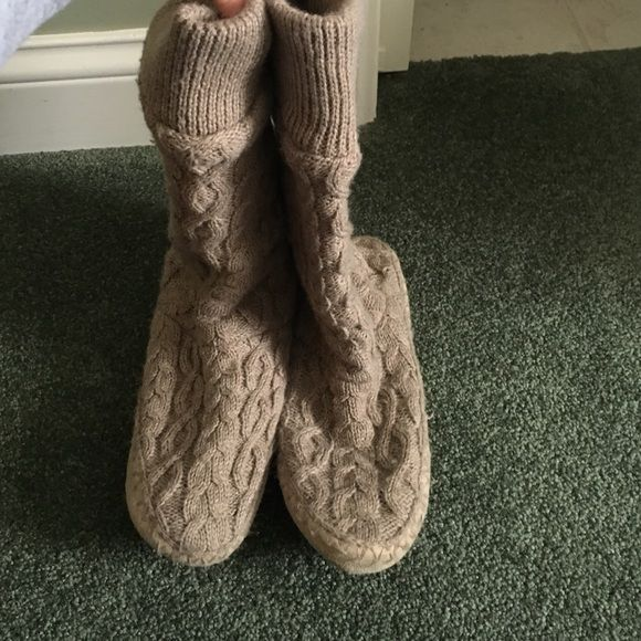 Old Navy Slippers Tan Cable knit slipper boots. Great condition. Size large fits 9-10 Old Navy Shoes Slippers