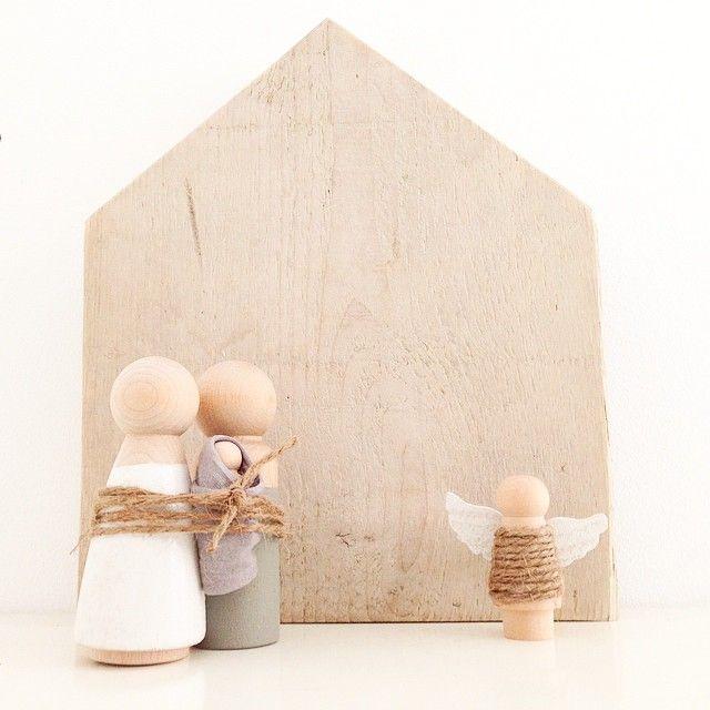 Houten stal gemaakt voor bij de zelfgemaakte houten kerstfiguren // Eefje - @echtvanhout