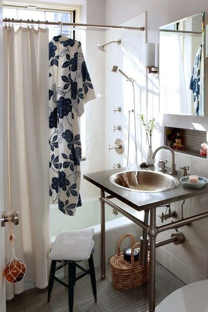 cuarto de baño con diseño ecléctico momento, hay un segundo kit de limpieza en el baño para hacer una rápida pasada durante el día
