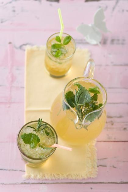 Aromatische Limonade aus Melisse, Salbei, Thymian, Rosmarin und Apfelsaft.