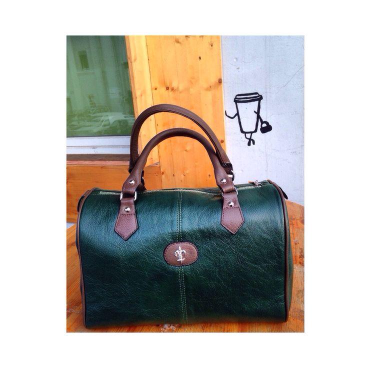 Сумка - это не просто аксессуар, это еще и источник настроения. А эта яркая сумка, даже в самый холодный или пасмурный день, поможет создать хороший образ и настроение.  Размер:  33х24х19  Цена: 6500 рублей