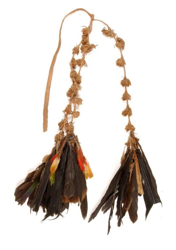 Amérique / Amérique du Sud / Guyane française Précédente collection : Musée de l'Homme (Amérique) Matériaux et Techniques : Coton, plume, élytre