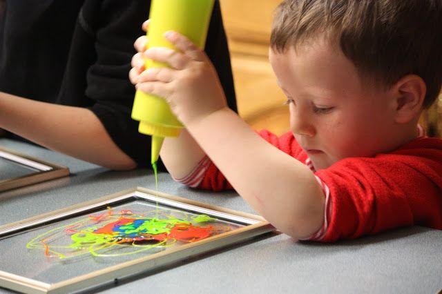 nog ouderschap: MAKEN VENSTER KUNST met lijm en voedsel kleuren