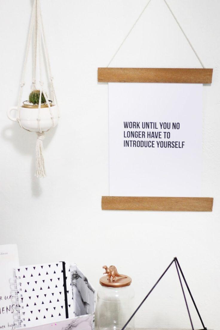 Vem conferir esse faça você mesmo com dicas de como pendurar posters para decoração sem a moldura! São ideias alternativas e bem legais, como por exemplo, cabides!