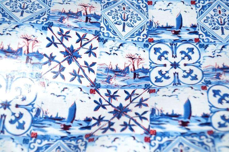 Geplastificeerd katoen Delftsblauw fantasie blauw/rood