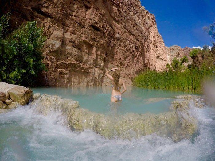 Les chutes d'Havasu, en Arizona, sont méconnues, mais ô combien paradisiaques ! Située dans le Grand Canyon, l'incroyable cascade d'eau turquoise se marie parfaitement avec la roche, de couleur r...