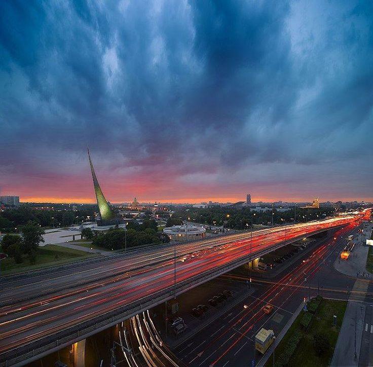 Я | ВДОХНОВЛЯЮСЬ АРХИТЕКТУРОЙ  Лето — лучшее время для того, чтобы начать снимать городские огни на длинных выдержках! Попробуйте увидеть знакомые вам места в новом свете, выходите за привычные рамки. А что вы больше любите снимать: город или природные пейзажи?  Диафрагма: f/22  Выдержка: 1/30 с  Фокусное расстояние: 16 mm  Камера: #Nikon #D600  Автор: @ivankoms  #Никон #Nikon #nikonrussia #architecture