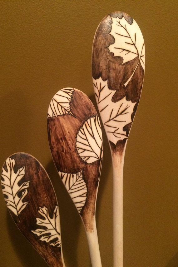 Set de 3 cucharas de madera de woodburned (pirograbado) Tres hojas diferentes diseños pop rodeados de sombra en frente y dorso de una cuchara.