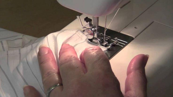 Einen Saum nähen ist ganz einfach. Am einfachsten, du misst mit einem Zentimetermaß 1 cm Saum ab. Mit Schneiderkreide anzeichnen und einbügeln. Dann kannst du einfacher nähen.