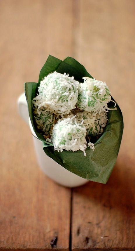 kue klepon • Indonesian sweet • kueh • kway • dessert • makan manis • riawati • photo by Japati 2008 @ Flickr