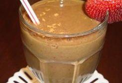 Spinazie Smoothie.  Ingrediënten:  2 kopjes ingevroren spinazie 2 kopjes bevroren aardbeien 1 banaan 2 theelepels honing ½ kopje ijs