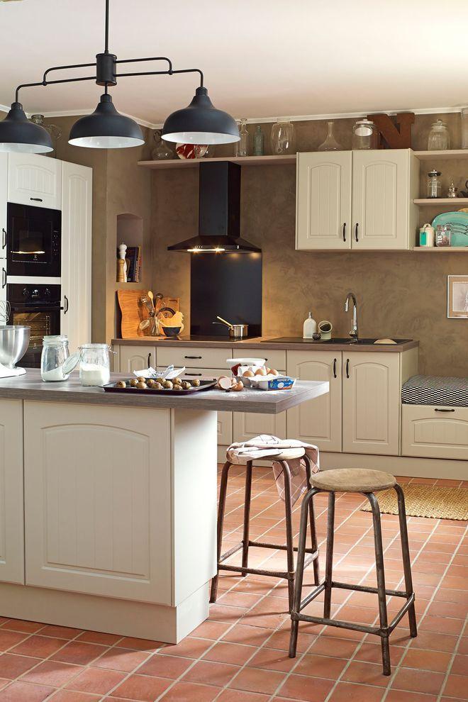 Du carrelage à l'ancienne et en terre cuite pour rhabiller le sol de la cuisine