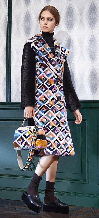 Фенди - самые красивые итальянские модные шубы в милане - модные тренды - мех и шубы зима 2016/2017 - какие шубы в моде Зима 16/17 #fur #fashion #winter #winter2016/2017 #fashiontrend #шуба #трендзима2016