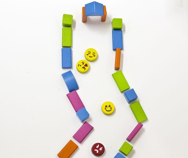 """¡Verano creativo! Tapones de botella convertidos en """"emojis"""" un #diy sencillo y súper divertido con el que conseguir un juego a partir de materiales reciclados con Pintura Satinada Multiuso #lapajarita Puedes ver lo facilísimo que es en nuestro #stories y ¡a jugar! 💛🎨😜😊 #pinturaslapajarita #pintarescrear #kids #recicla #crea #juego #verano #emojis #pintura #satinada"""