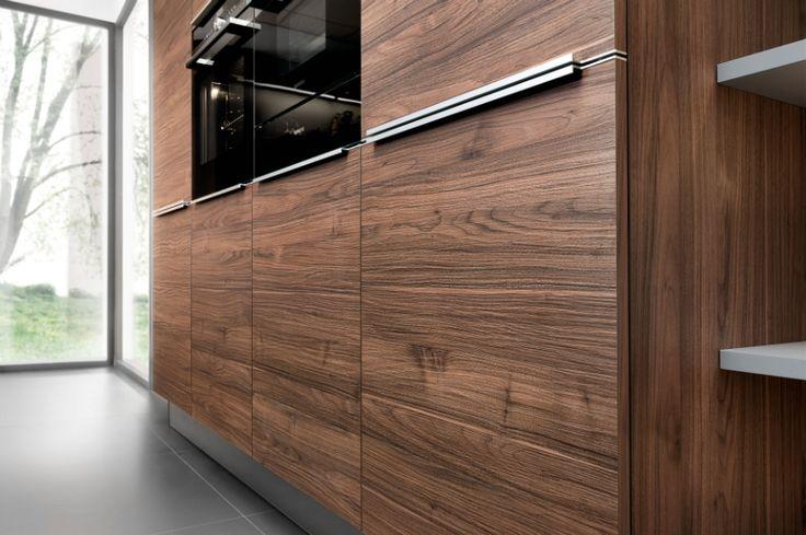 Aktuell prägen warme Holzdekore mit authentischer Maserung, ausgeprägten Strukturen und eine breite Naturtonpalette die Neuheiten von Nolte Küchen.