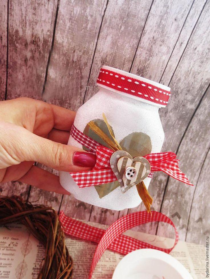 Сегодня я хочу показать вам простой мастер-класс, благодаря которому вы сможете превратить обычную банку в предмет декора, упаковку для сладкого подарка или баночку с пожеланиями. Нам понадобятся: 1. Стеклянная банка (у меня от 'Нутеллы'). 2. Ножницы, карандаш, спонж или губка. 3. Обычная бумага. 4. Клейкая бумага, клей. 5. Акриловый грунт или белая акриловая кр…