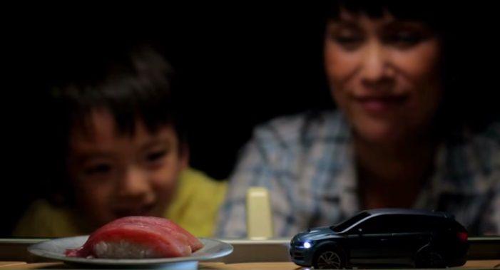 回転寿司のレーンを走るミニカーでEyeSightの凄さを表現!最新テクノロジーが光るスバルWebムービー   AdGang