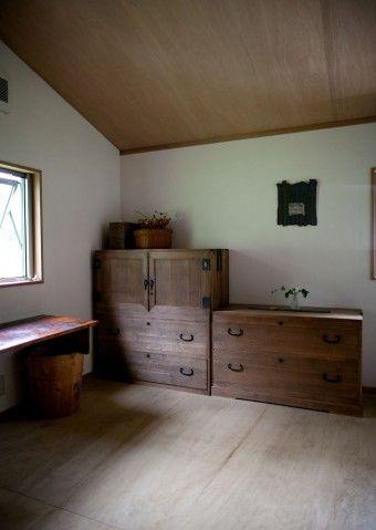 金沢の古道具屋で見つけた和箪笥。ゆかさんの着物を収納。