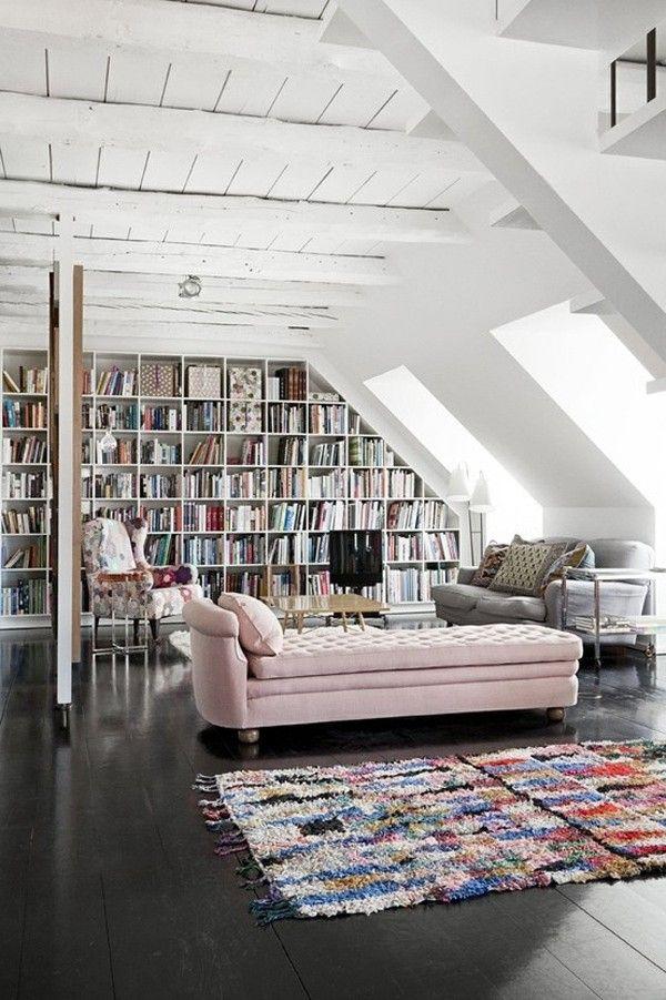 Светлая просторная библиотека на чердаке