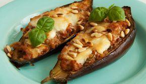 Een super dinerrecept van Caroline: aubergines uit de oven met tomaten, basilicum en pijnboompitten. Verwarm je…