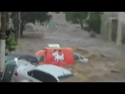 Incrível, chuva arrasta carros em Uberlândia-MG