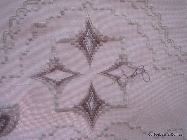 Dailies de coffeebean: Hardanger Bargello Table Runner andamento ... 92711