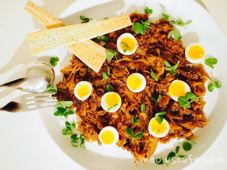 とろ〜り半熟のうずらの卵とコクのあるあめ色玉ねぎの絶妙なコンビ。あめ色玉ねぎの簡単な作り方も掲載。 #キャラメルオニオン #グルテンフリー #デイリーフリー