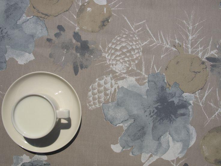 Flores de color azul gris amarillento mantel claro conos de