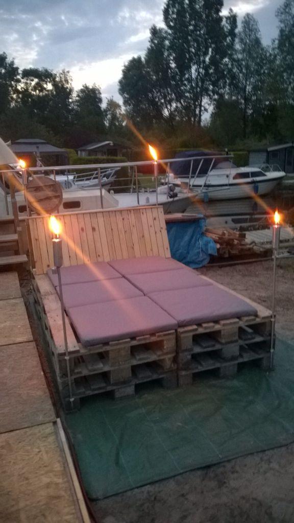 Lounge bed bank van pallets.