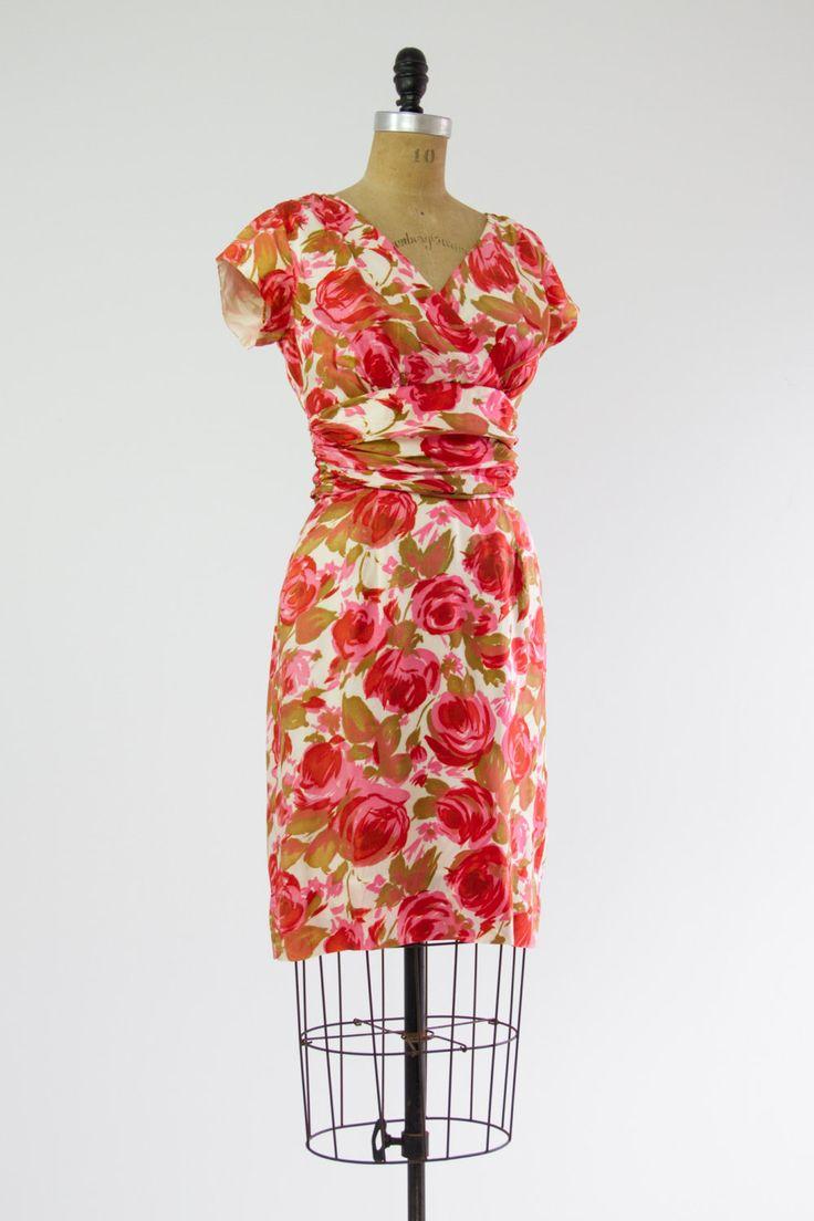 Vintage jaren 1950 aquarel steeg print wiggle jurk. Gemaakt van zijde met een volledige voering. Heeft een crossover-stijl hals en een verzamelde
