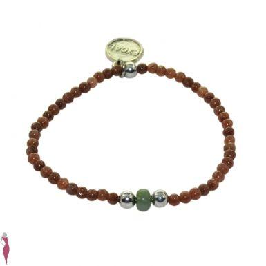 Bracelet élastique avec au centre, une pierre semi précieuse verte, accompagnée de perles en pierres naturelles teintées marron et de perles en plaqué laiton couleur argent. EXOAL