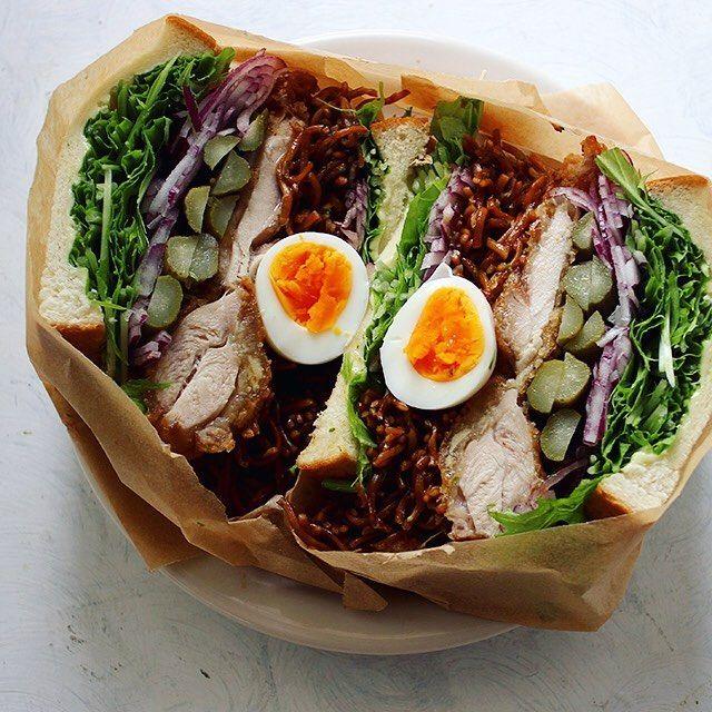 今朝はボリューム満点のわんぱくサンド。具材は山賊焼をメインに、焼きそば、タマゴ、タマネギ、水菜、ガーキンズ、スライスチーズ。もう崩壊寸前で、このあと箸で食べる。  #わんぱくサンド #サンドイッチ #元気玉サンド #もりもり野菜サンド部 #萌え断 #松本山賊焼 #山賊焼 #焼きそば #焼きそばパン #崩壊寸前 #sandwich