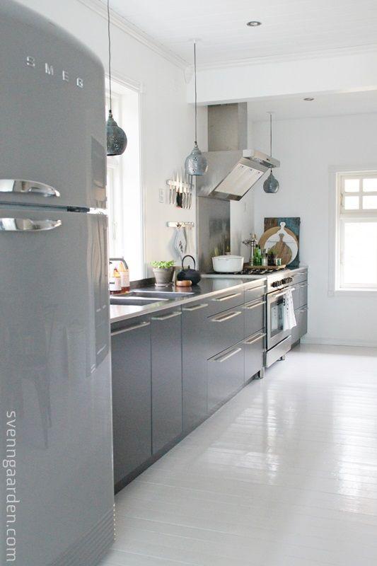pastel zachtgrijs keuken met pastel zeegroene achtergrond