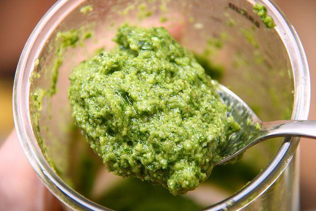 Il Pesto di broccoli con la ricetta spiegata passo passo su Blogo.
