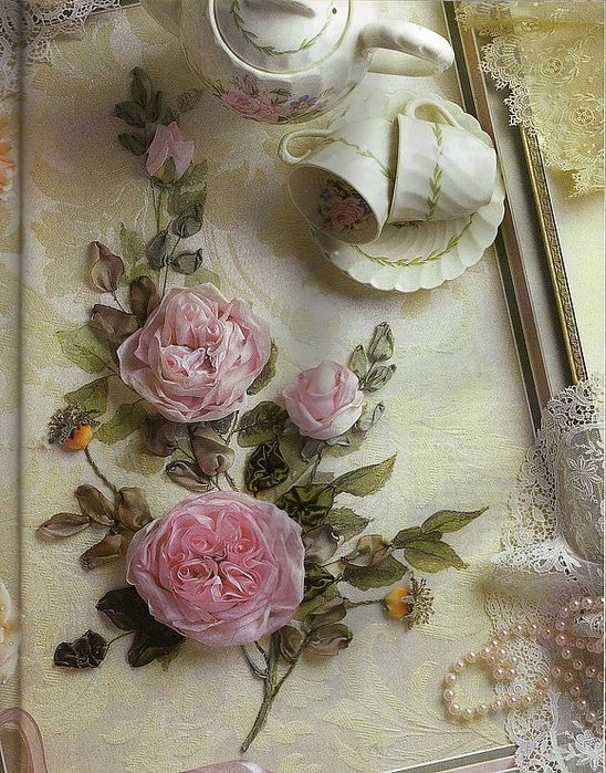Tutorial: instructions for making ribbonwork old-fashioned English roses with folded centres from silk ribbon.