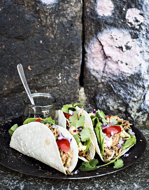 Her får du en supernem opskrift på smagfulde tacos med nem pulled chicken, som er perfekt til uformel hygge.
