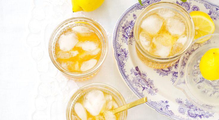 Recept på Amaretto sour. Syrlig, lite söt med en tydlig mandelsmak. Fyll upp glasen ordentligt med is och det här kan bli en given favorit!