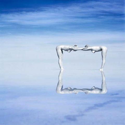 'Bodyscapes' noemt de Californische fotograaf Jean-Paul Bourdier zijn beelden waarin hij het menselijk lichaam één laat worden met de natuur.  Boxed in - : Jean-Paul Bourdier  #maandvanhetnaakt #jeanpaulbourdier #bodyscapes #nakedart #photography #instaart #bourdier #nude #humansquare #square #nature #naturephotography #blue #sky #water #artphotography #artoftheday #art #kunst #avrotroskunst