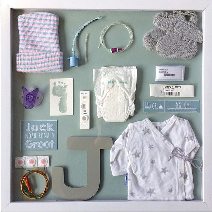 Via Instagram vonden we deze mooie foto van @iamsann (hier vind je dezelfde foto op haar Pinterest account). Wat een mooie manier om alle eerste spulletjes uit de babytijd, zoals de positieve zwangerschapstest, zijn eerste mutsje, kleertjes en luiertje en de sonde en de plakkers van de monitor te verwerken. Zij gebruikte een lijst van …