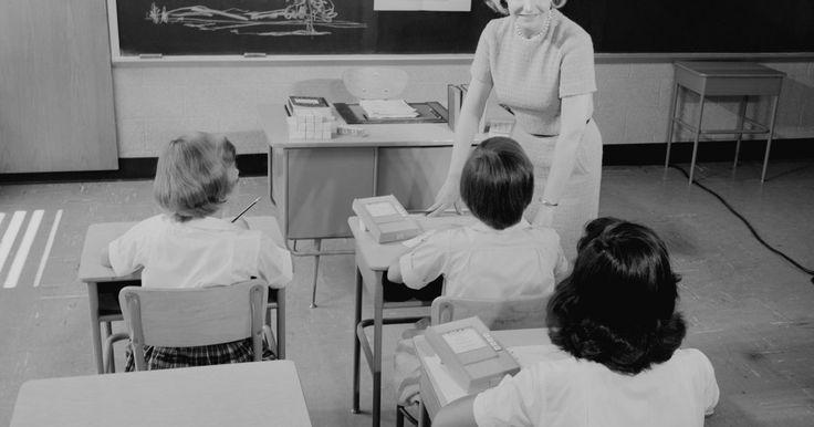 Como descrever uma sala de aula?. As salas de aula de antigamente eram por vezes monótonas e velhas; tanto que, se olharmos uma foto desse tipo de sala, será difícil dizer qual matéria está sendo ensinada. Hoje em dia, elas possuem um estilo mais pessoal e único. Um professor pode trazer mais vida à sala dando seus toques pessoais e até aceitando conselhos de pais criativos. ...
