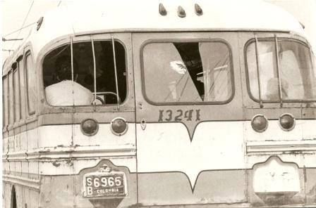 - Si quieres conocer al pueblo colombiano, súbete en un bus de servicio urbano, decían los Amerindios. Creo que razón no les faltó. Año 1977 -