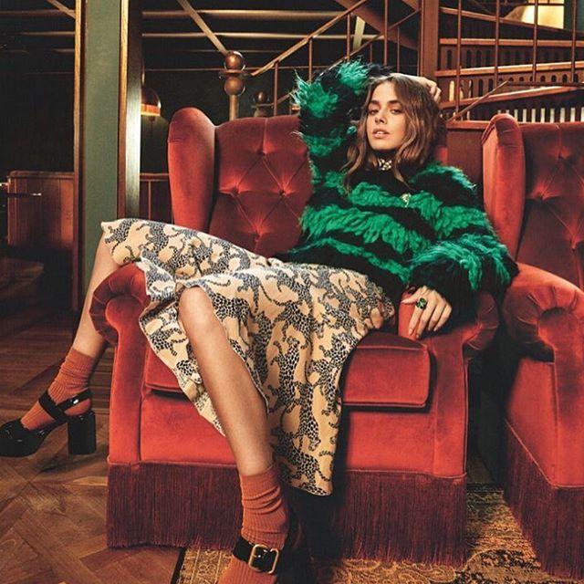 Vogue Türkiye Kasım sayısı bugün çıktı ✨ Fotoğraf: @mreunal / Makyaj: @rifatyuzuak / Saç: @serkanyildirim / Moda Editörü: @eceogt / Röportaj: Ebru Çapa  #vogueturkiye @vogueturkiye
