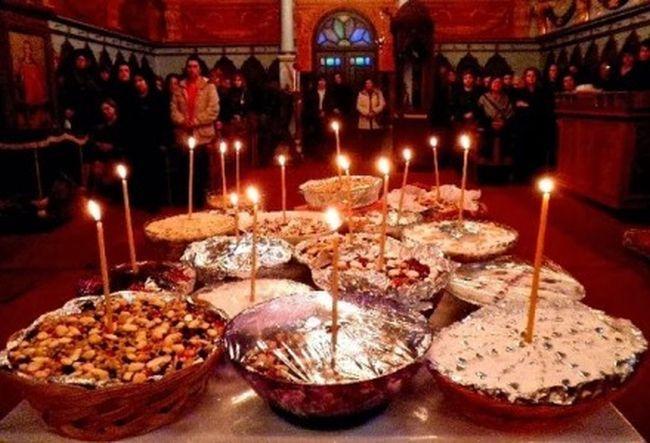 -Από πολύ νωρίς το απόγευμα της Παρασκευής και πριν ακόμα ο παπάς σημάνει Εσπερινό, κατηφόρισαν οι γυναίκες, προς την εκκλησία του χωριού, κρατώντας από ένα πιάτο «σιτάρι» στο χέρι.
