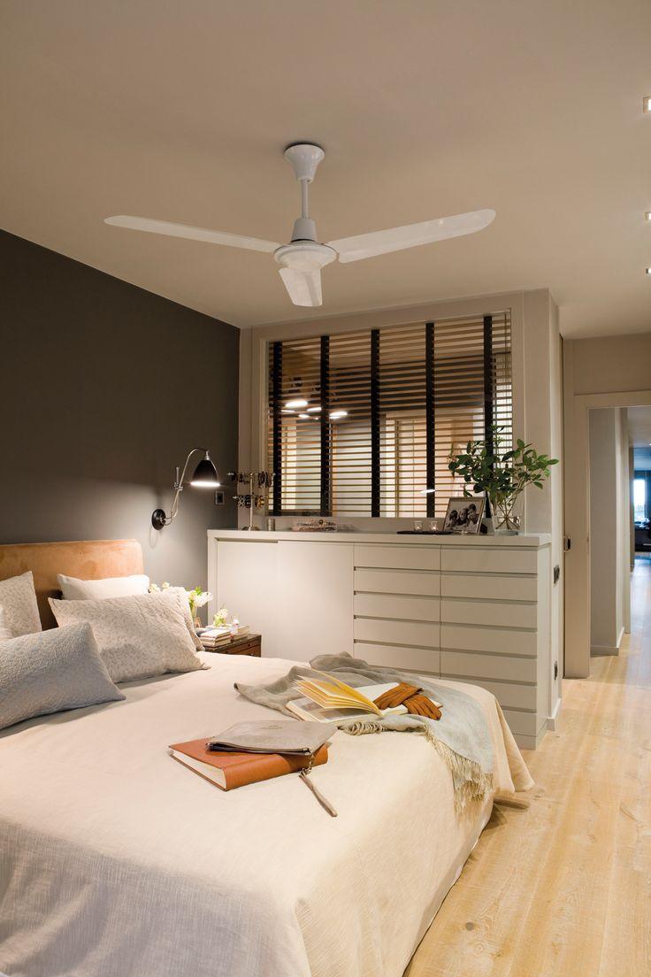 Dormitorio principal con pared en gris oscuro, pared acristalada a baño, cajonera y ventilador 00357897