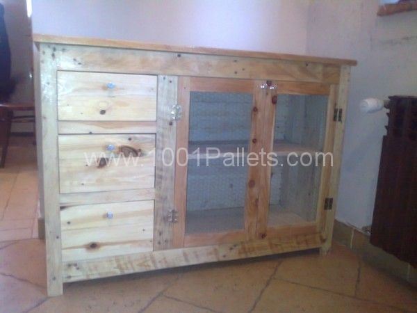 Cabinet with 3 drawers made from pallet wood. #furniture #DIY #recycle #inspiration #idea