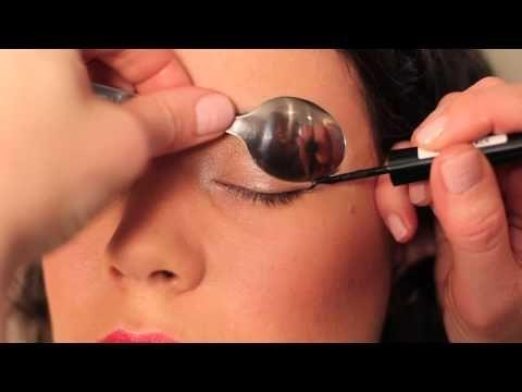 Тя покри окото си с лъжица. Крайният резултат е УАУ! Страхотна идея за безупречен грим! (ВИДЕО)