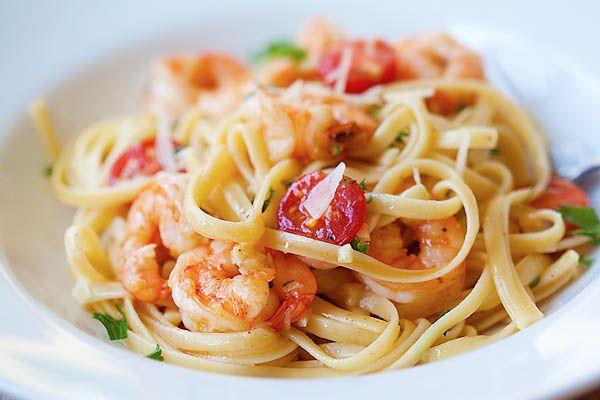 Garlicky buttery shrimp scampi linguine. Quick & easy recipe that you can make in one pot for the family. | Recipa via rasamalaysia.com