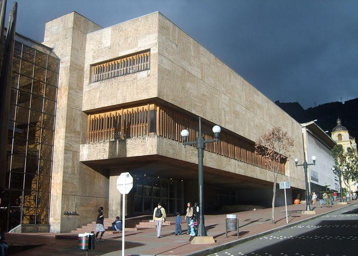 La Biblioteca Luis Ángel Arango está ubicada en en centro de Bogotá. Es uno de los centros culturales más grandes del país. Alberga más de 2.000.000 de libros.