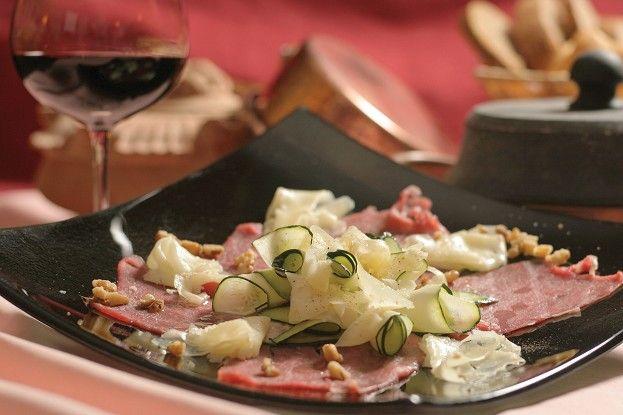 Valle d'Aosta - Carpaccio di manzo con zucchine, toma, noci, sale, pepe, olio di noci. Preparazione: http://www.centralelatte.vda.it