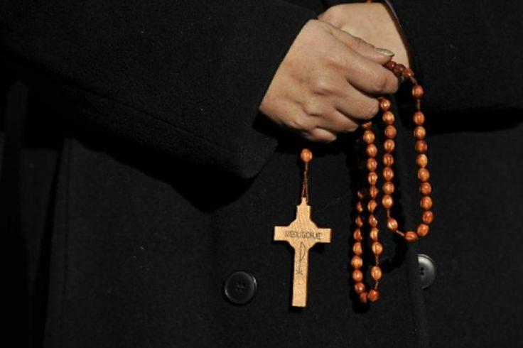 Una sobreviviente de abuso sexual clerical, Marie Collins, renunció a su cargo como líder de la comisión del Vaticano que pretende proteger a menores.